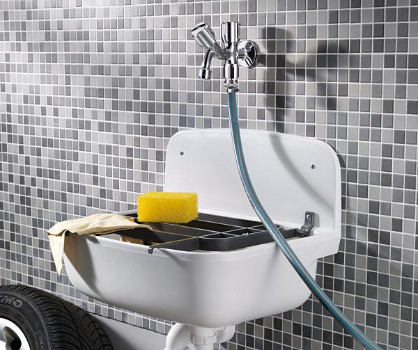 Oprócz zabezpieczenia auta, garaż spełnia  również inne funkcje użytkowe – ważnym aspektem jest  zabezpieczenie w nim  dostępu  do bieżącej wody