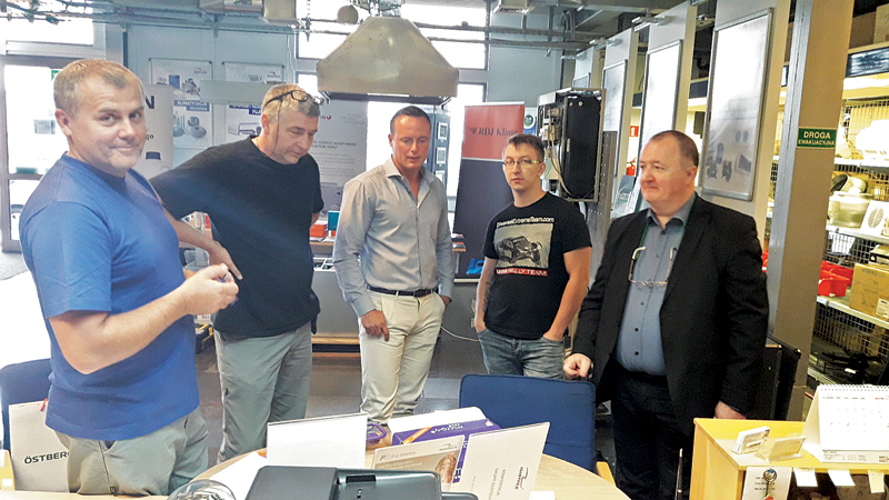 Grupa instalatorów podczas Dni Otwartych Iglotech