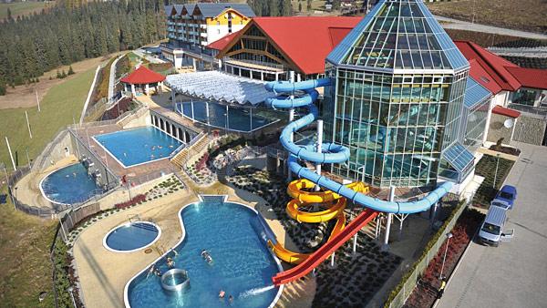 Największą atrakcją Bukowiny Tatrzańskiej są baseny termalne, napełniane gorącą wodą z podziemnych odwiertów