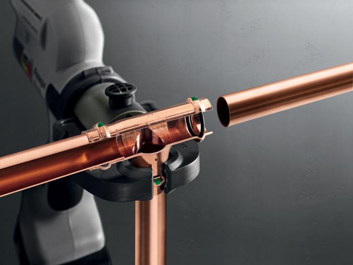 Charakterystyczne cechy konstrukcyjne systemu Profipress to profil SC-Contur, cylindryczne prowadzenie rury czy podwójne zaprasowanie przed i za karbem
