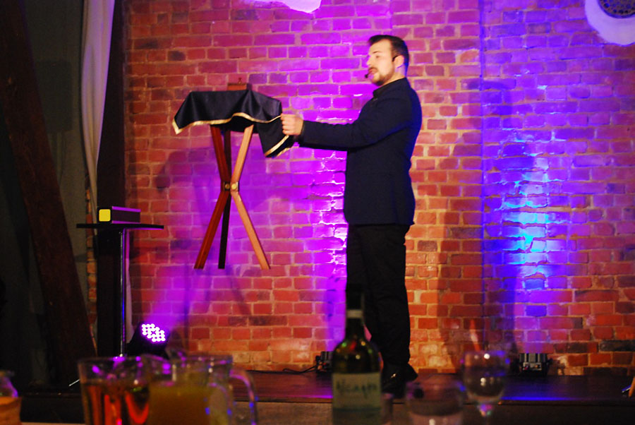 Iluzjonista Tomasz Jusza pokazał gościom wiele efektownych sztuczek